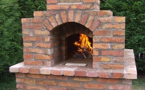 az égő tűz a kültéri kemencében